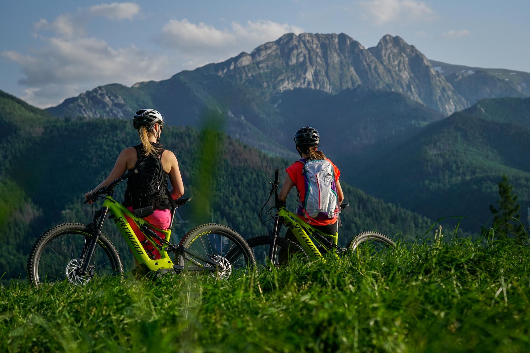 dwie osoby z rowerami w górach